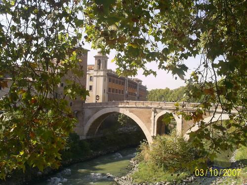 мост на остров Тиберин в Риме