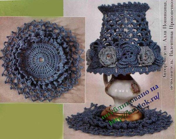 Вязаный абажур на лампу. изделие выполнено пряжей темно-голубого цвета в...