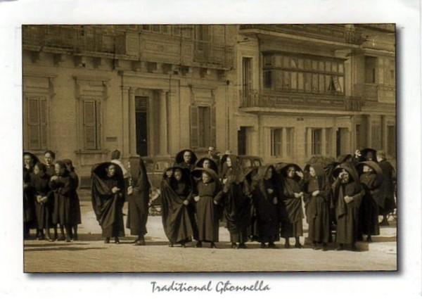 Мальта. Традиционный женский наряд гхоннелла (ghonnella) или фалдетта (faldetta)