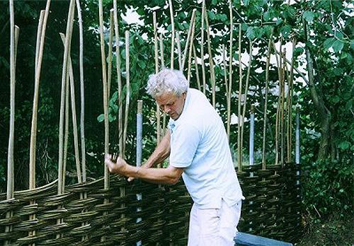 Изготовление плетеного забора начинается с разметки.В зависимости от толщины прутьев для плетения выбирается шаг...