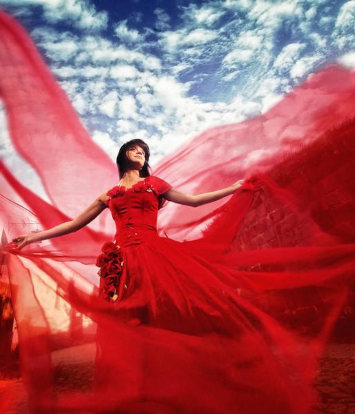 Женщина в красном - очень опасна.