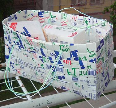 Сумка сплетена из молочных пакетов.  Прочитать целикомВ.