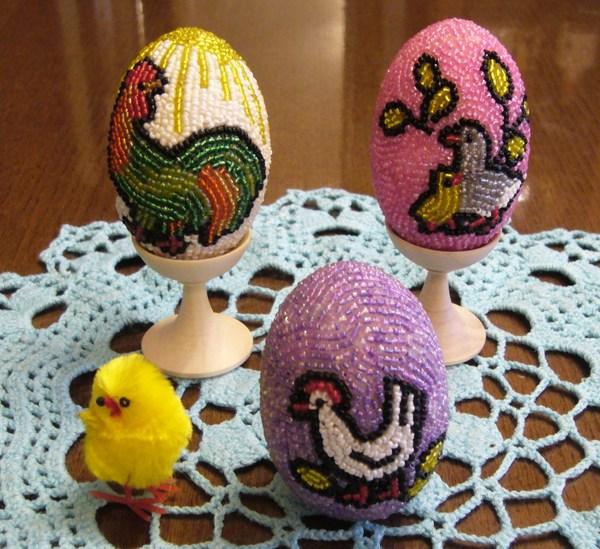 Решила я изготовить бисерные яйца.  Но не стала я оплетать их бисером а выбрала другой способ - ОКЛЕИВАНИЯ.