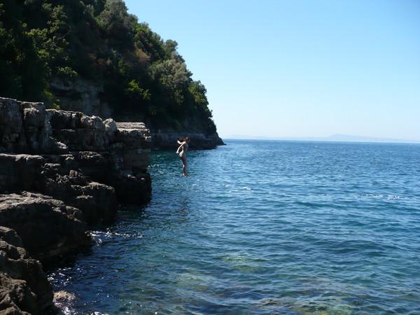 Неаполь - Берега скалистые. Но купаться можно.
