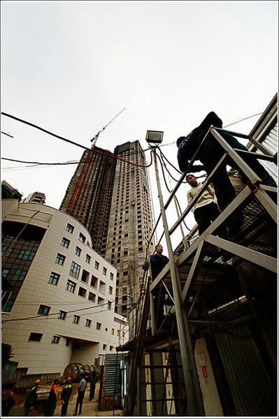 жанровая фотография. Любимые друзья москвичей - строители. Так выглядит жизнь гастробайтеров.