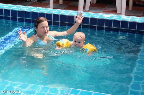 ребёнок учиться плавать