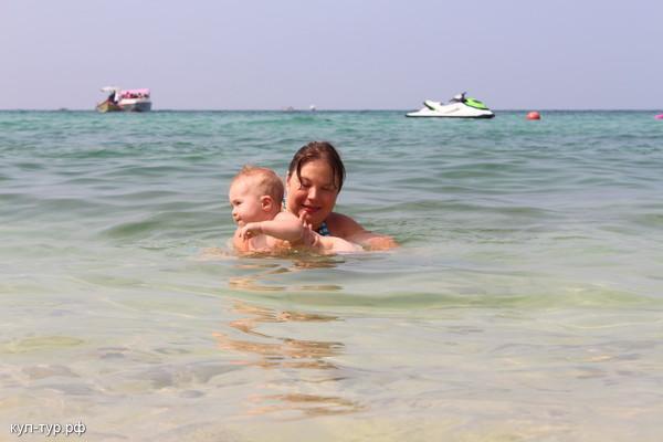 с ребёнком в море