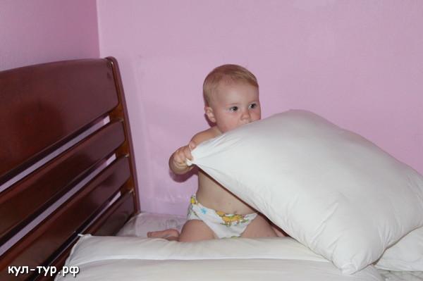 ребёнок играет в пдушки