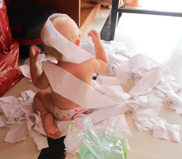 Маша играет в бумагу