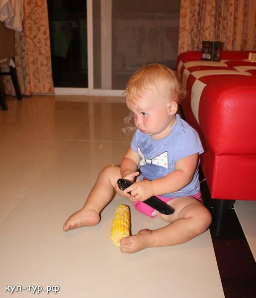 ребёнок ест кукурузу