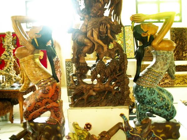 Убуд деревянные статуи