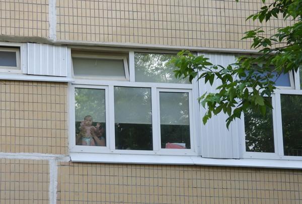 машет из окна