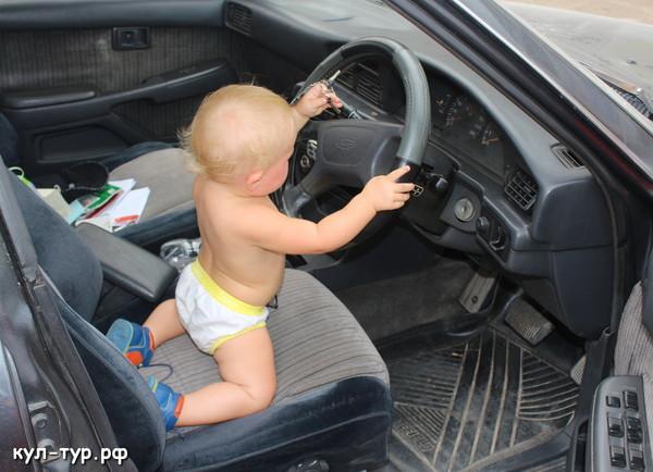 дочка рулит в машине