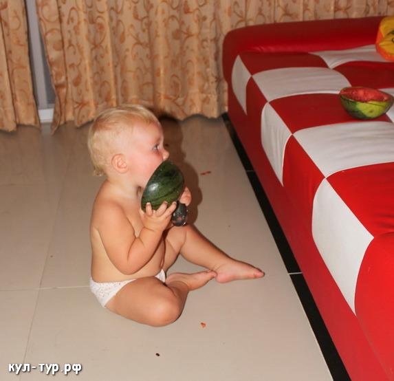 ребёнок ест фрукты
