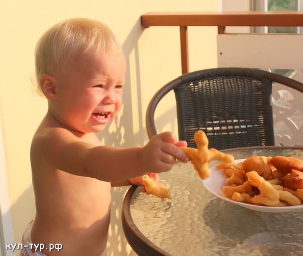ребёнок ест булочки