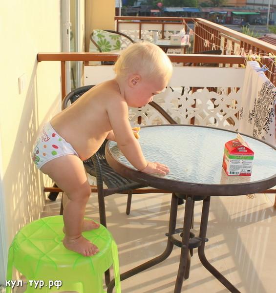 ребёнок залезает на стол