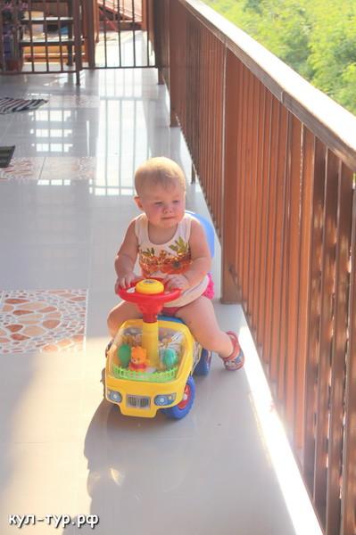 ребёнок играет в новые игрушки