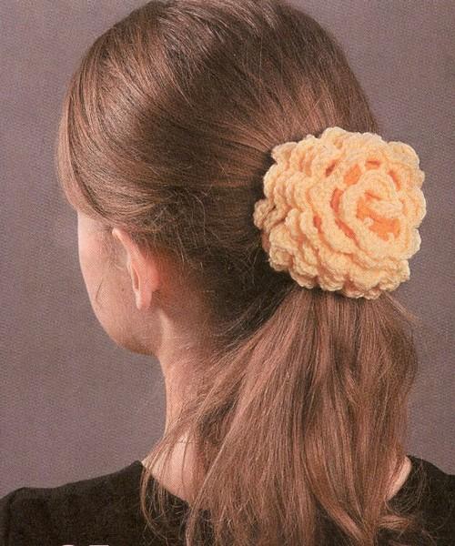 Украсить резинку для волос можно самой.  Достаточно связать цветок крючком и пришить его к резинке.