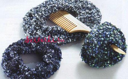 Размер: диаметр 15 см. Вам потребуется для вязания спицами резинки для волос: По 25 г пряжи разных.