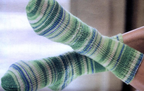 Вязаные спицами носки со