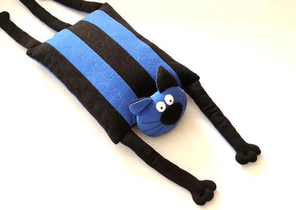 Кот - подушка для футбольного