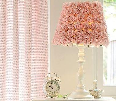 Декор абажура розами из ткани.