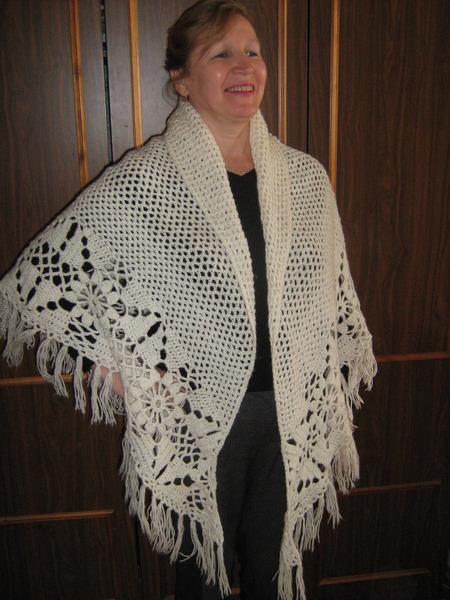 Очень люблю вязать шали и палантины.  И носить их тоже люблю.  Вот только разлетаются они, как крылатые.