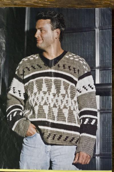 Мужской пуловер с жаккардовым узором связан крючком. Материалы. 300 г тонкой акриловой пряжи песочного цвета