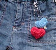 Вот такие брелки сердечки можно сделать.
