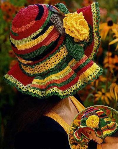 Цветная шляпка, связанная крючком.  Яркая вязаная шляпка с мягкими полями украшена кокетливым цветком...