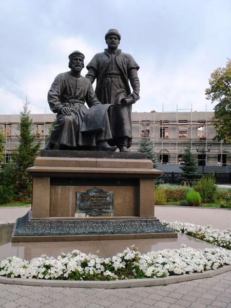 Памятник Зодчим  и на заднем плане архиерейский дом (на реконструкции)