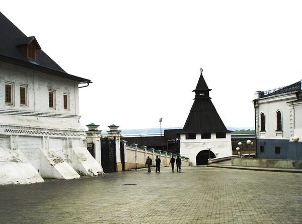 Братский корпус монастыря,Преображенская проездная башня и Манеж (слева направо) см.инф.