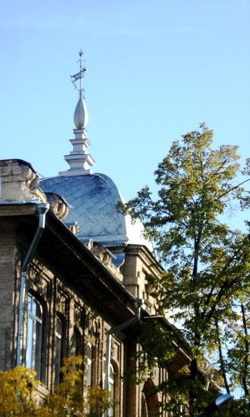 Флюгер на куполе здания по ул.Япеева.Казань