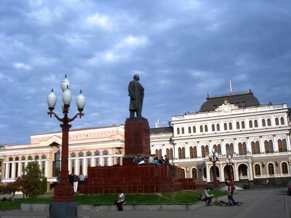 Казань.У памятника Ленину