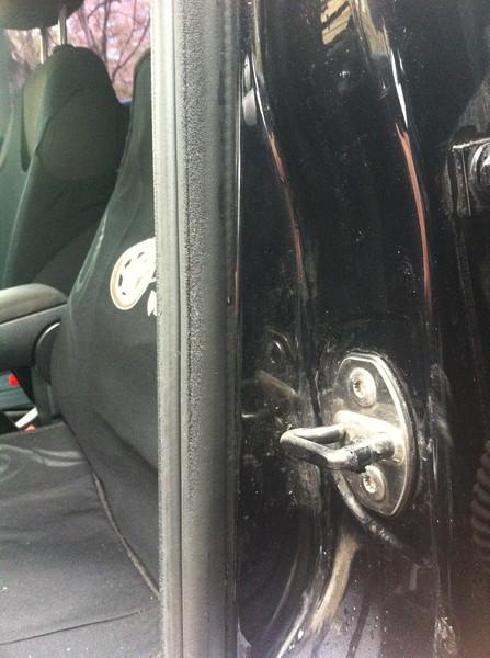 Уплотнитель водительской двери VW Polo седан.