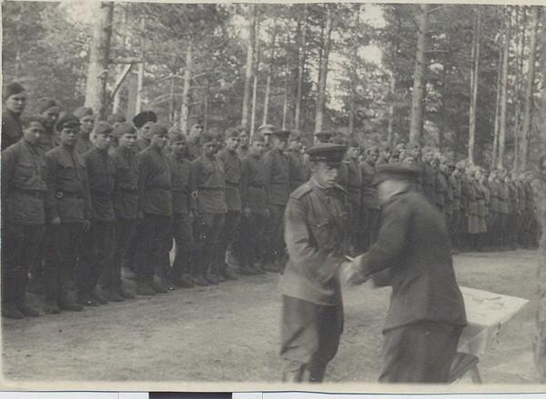 Награждение Григория Акмолинского орденом Красной Звезды за боевые заслуги.