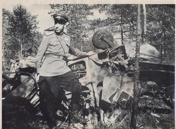 У сбитого фашистского самолета. 1944 год.