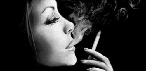 Отбирает сигареты, ругается, говорит, что если я не брошу, то мы расстанемс