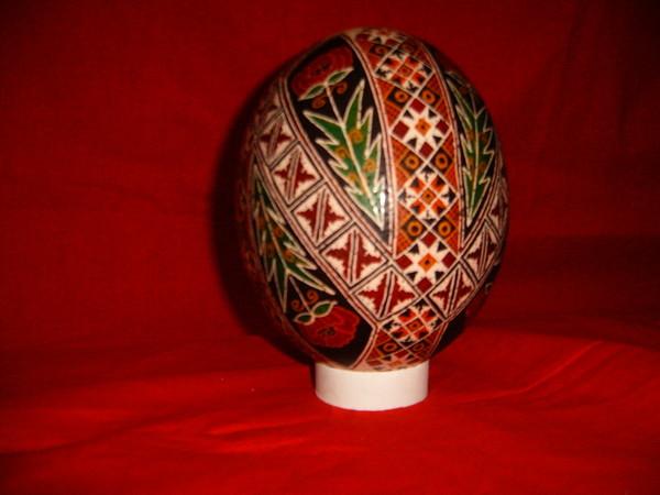 Многие, видя писанку, принимают ее либо за деревянное расписное яйцо, либо за крашенку к Пасхе.