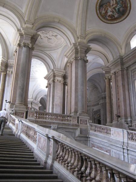 по левому пролету лестницы попадаешь в зал sala degli Alabardieri