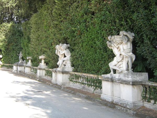 мимо скульптурных групп