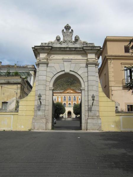 ворота на королевскую фабрику-комунну