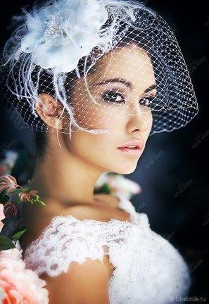 Douglas Hannant своей изюминкой в свадебном платье 2011 избрал цветы, которыми он советует украсить причёску невесты.