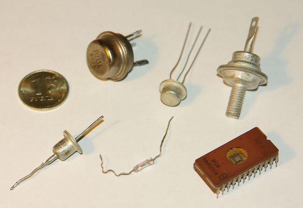 Аналогично влияет температура...  Рис. 1. Схема измерения температуры при помощи диода (а) и транзисторов (б, в)...