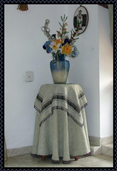 К скатеркам, которые я сшила для подставки под вазу, добавила немного бисера.  Вот, что получилось.