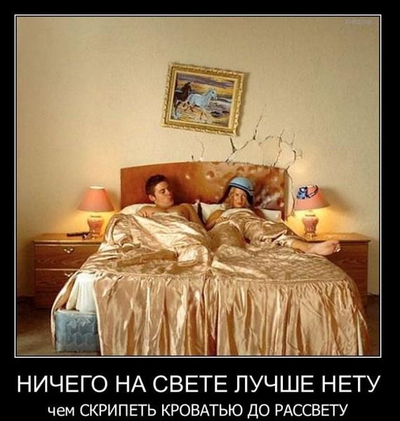 tetka-v-chulkah-soblaznyaet-na-kuhne
