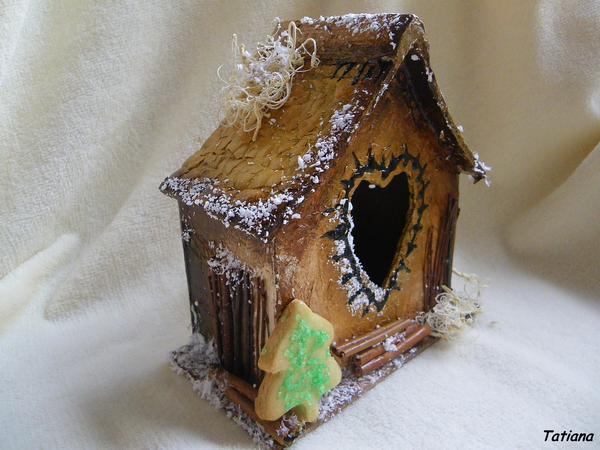 Декорируем домик на свой вкус.  Используем акриловые краски, палочки корицы, сухие веточки, кокосовую стружку...