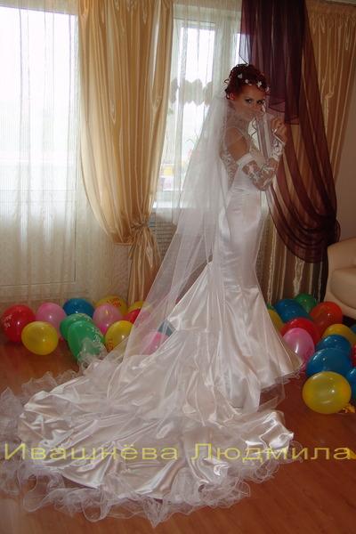 Свадебное платье с пышным шлейфом и