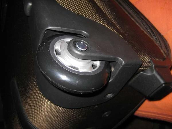 Как сделать колесико у чемодана
