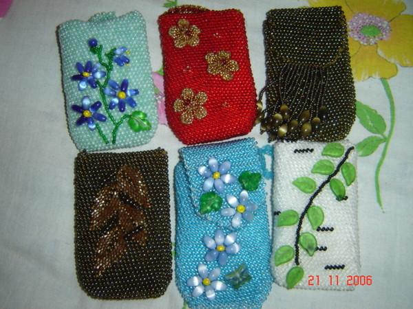 Вышивка бисером всегда остается в моде.  Цветы из бисера могут украсить вашу одежду, сумку, чехол...